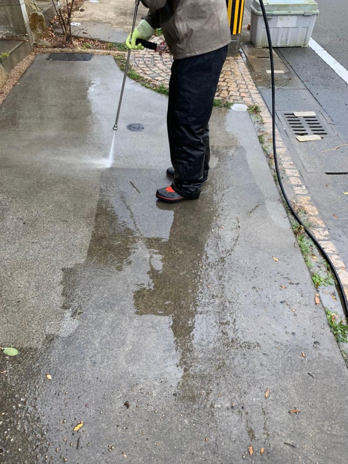 駐車スペースの土間を高圧洗浄