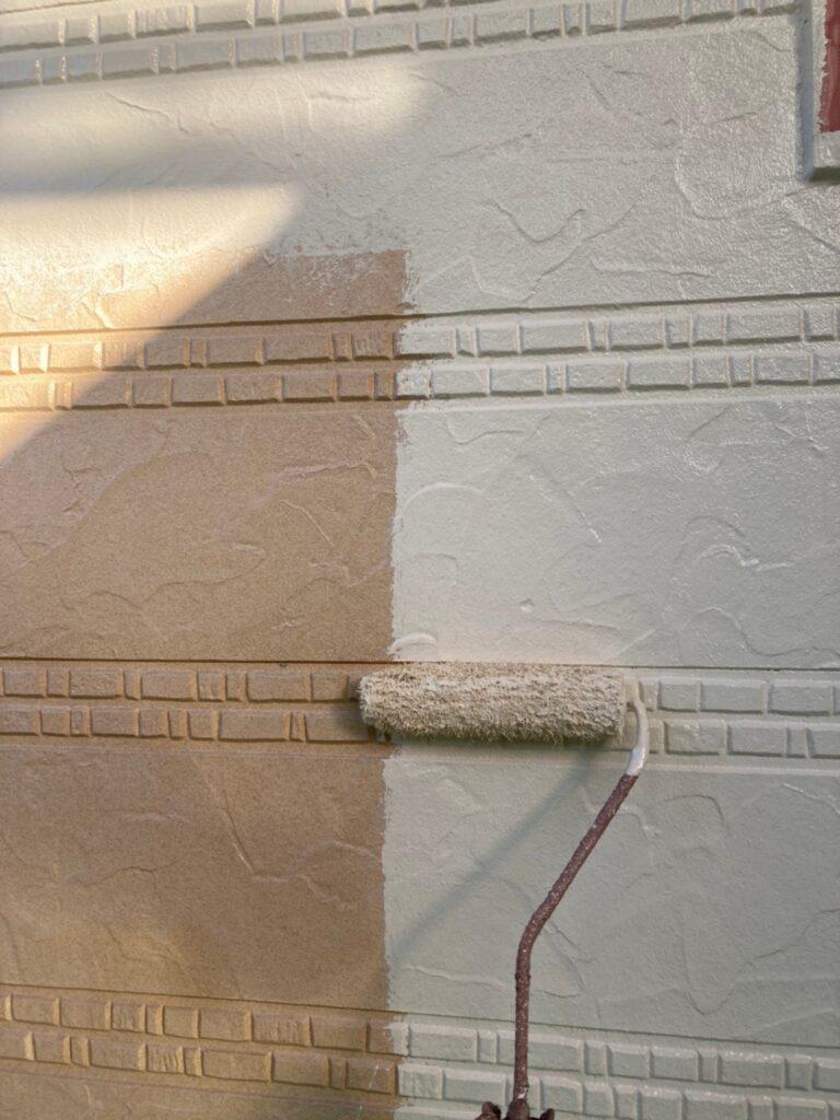 久留米市 サイディング隙間埋めと外壁の中塗り・上塗り 写真2