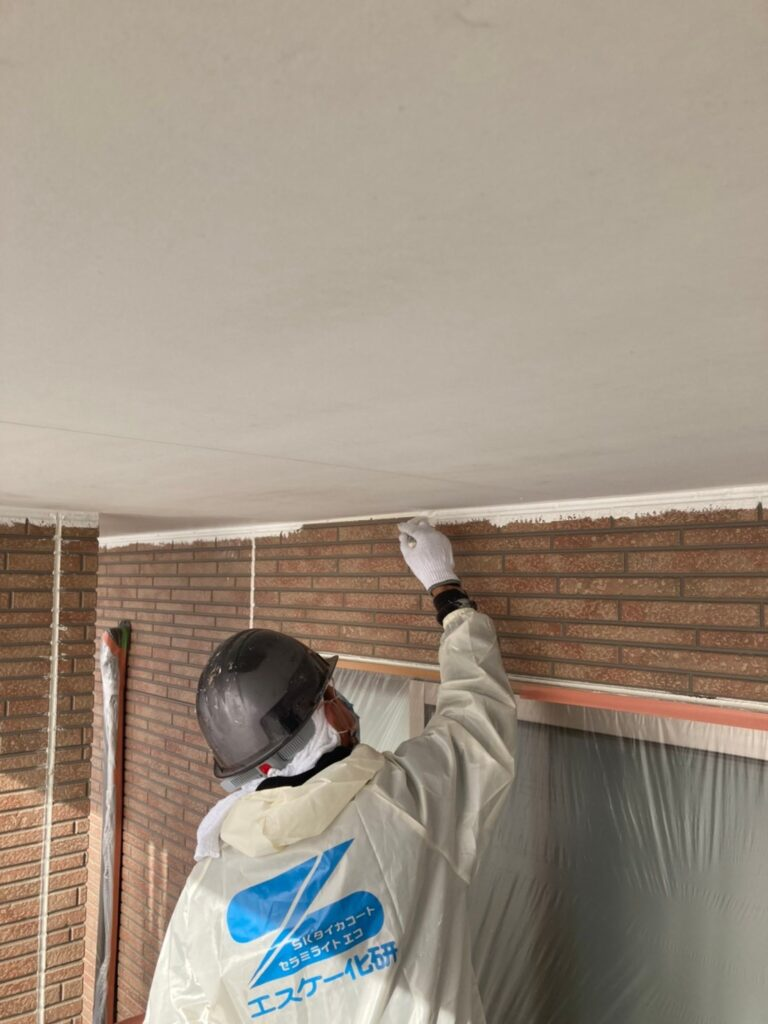 久留米市 軒天塗装と外壁下塗り 写真2