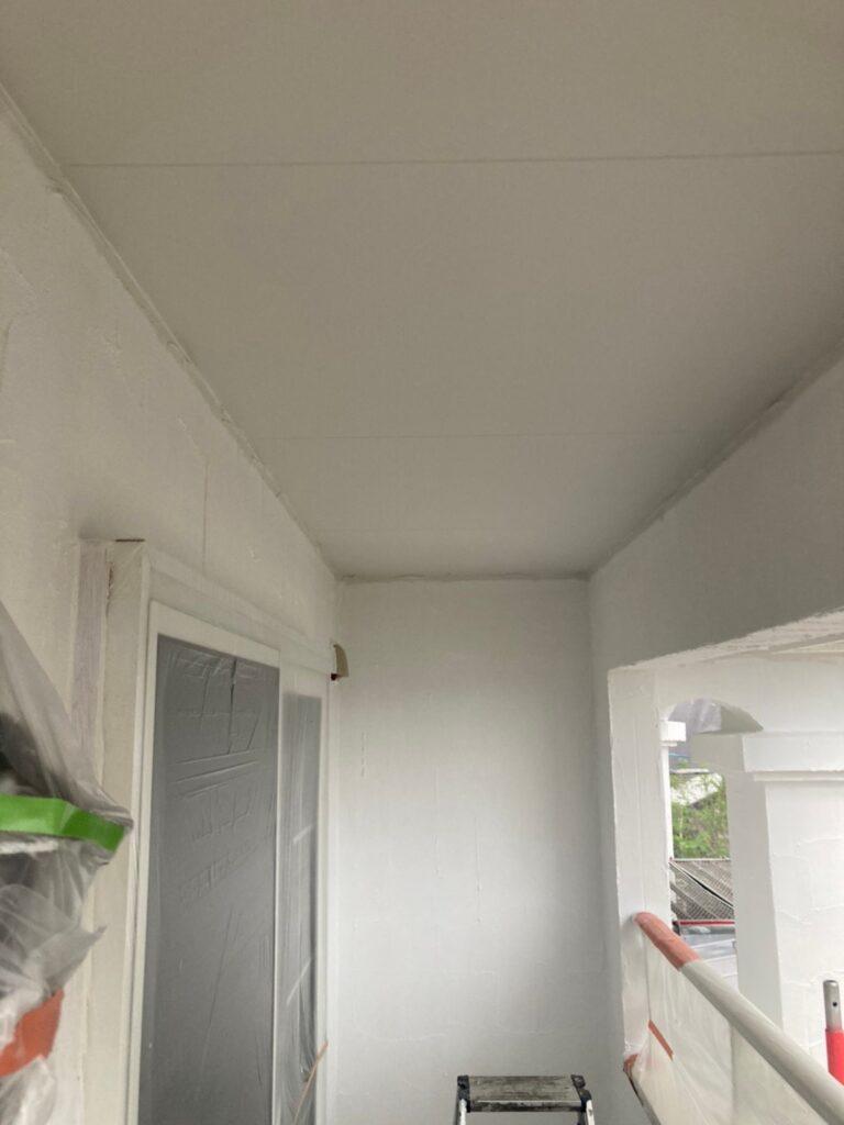 飯塚市 軒天塗装と外壁塗装(中塗り) 写真4