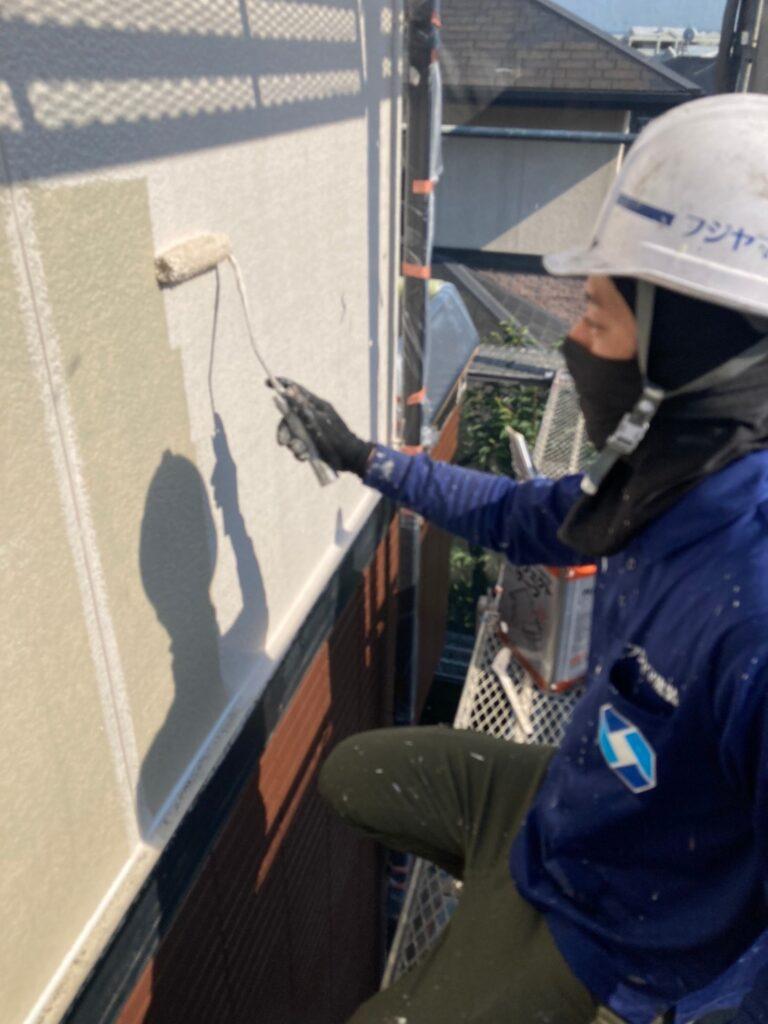 福岡市東区 外壁塗装(中塗り) 隙間処理 写真3