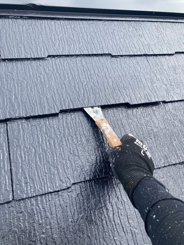 小郡市 屋根塗装 縁切り・上塗り 写真1