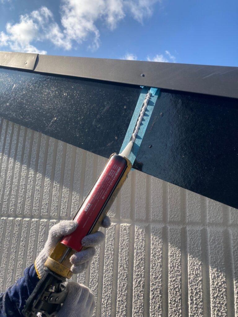 三養基郡 破風コーキング補修 屋根塗装(下塗り) 写真3